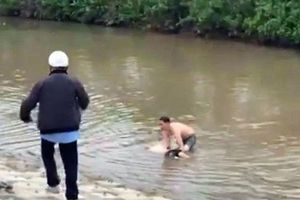 Thầy giáo dũng cảm cứu 3 bố con khỏi đuối nước