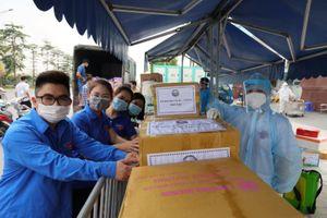 Đoàn Thanh niên báo Tin tức trao quà hỗ trợ Bệnh viện K phòng, chống dịch COVID-19