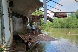 Sạt lở làm sụp đổ nhà dân tại quận Cái Răng
