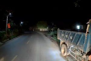 Ô tô vượt cắt mặt suýt lao thẳng xe ngược chiều