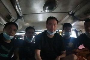 Phát hiện 5 người Trung Quốc trốn trong thùng hàng xe khách