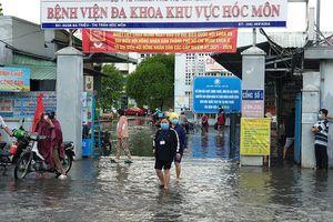 Mưa lớn, đường ngập, nước cống tràn vào Bệnh viện Hóc Môn