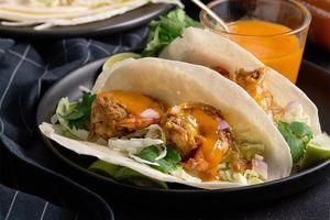 Cách làm bánh taco tôm sốt ớt cay đơn giản