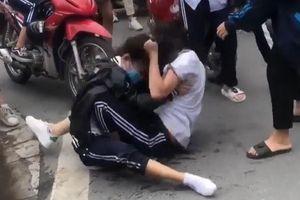 Bốn học sinh bị kỷ luật vì dùng chân đá vào đầu bạn