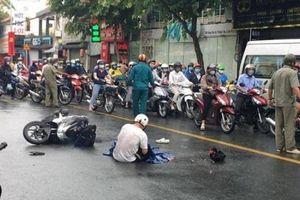 Tai nạn giao thông mới nhất hôm nay 17/5: Người cha ôm thi thể con gái gào khóc sau khi bị xe buýt cán