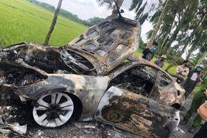 Ô tô cháy rụi vì đâm vào cột mốc, tài xế nhập viện cấp cứu