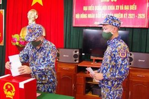 Tàu Cảnh sát biển 8002 tham gia bầu cử sớm ở Trường Sa