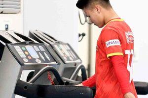 CLIP: Quang Hải được các bác sĩ hướng dẫn tập hồi phục tại phòng gym