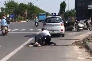 Khoảnh khắc tài xế taxi bị đâm, vật lộn với tên cướp giữa phố Hà Nội