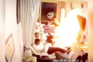 Nhân viên pha cồn bất cẩn, khách hàng bén lửa cháy nghi ngút tại spa Trung Quốc