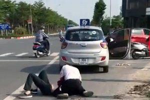 Kỷ luật Đại úy công an đứng xem tài xế taxi bị thương vật lộn với tên cướp