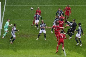 Alisson là thủ môn đầu tiên ghi bàn bằng đầu ở Ngoại hạng Anh