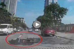 Qua ngã 4 không quan sát, xe máy bị hạ 'đo ván'