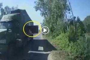 Xe khách bị container 'tát' vỡ kính xe