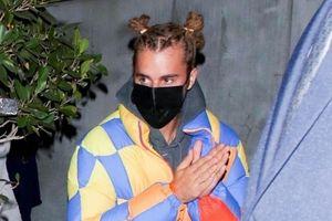 Justin Bieber diện mạo khác lạ đi ăn tối cùng bạn bè