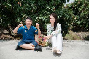 Á hậu Thụy Vân đưa con trai đi trải nghiệm vườn vải Thanh Hà