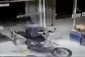 Em bé vặn nhầm tay ga, xe máy tông nát kính siêu thị
