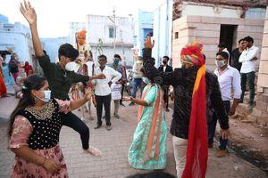 Dân Ấn vẫn đổ xô tổ chức đám cưới bất chấp dịch bệnh