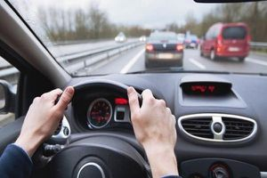 Dấu hiệu nhận biết bệnh Alzheimer qua hành vi lái xe