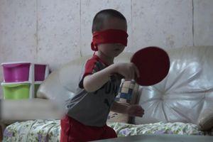Bé trai Trung Quốc bịt mắt chơi bóng bàn