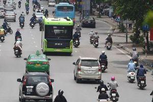 Xe buýt điện VinBus xuất hiện trên phố nhưng chưa đón khách