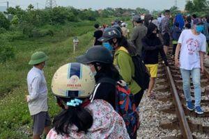 Vụ ôm thi thể con nằm trên đường tàu: Người mẹ bị điều tra về tội 'Giết người'