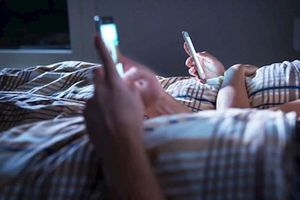 5 lý do khiến bạn không nên ngủ bên cạnh điện thoại di động