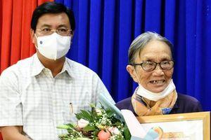 Cà Mau: Trao tặng Huy hiệu 65 năm tuổi Đảng cho đảng viên lão thành