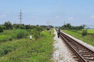 Khởi tố người phụ nữ ôm con tự tử trên đường sắt