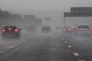 Những điều tài xế cần lưu ý khi lái xe trong thời tiết mưa dông