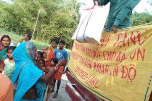 Người dân Ấn Độ xếp hàng nhận lương thực và khẩu trang do MC Đại Nghĩa kêu gọi quyên góp