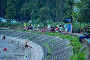 'Ngó lơ' quy định, người dân Hà Nội thản nhiên ra hồ bơi lội, tập thể dục