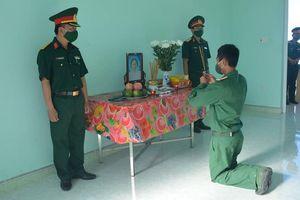 Nghẹn ngào chiến sĩ vọng bái mẹ trước bàn thờ lập trong đơn vị