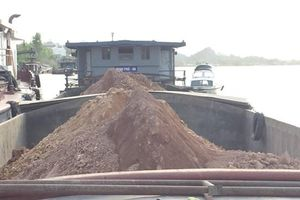 Quảng Ninh: Bắt giữ tàu vận chuyển đất không rõ nguồn gốc