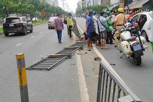 Hai xe máy đối đầu, hàng chục mét lan can 'rụng' xuống đường