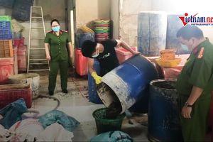 Bắt 2 tấn ốc ngâm hóa chất công nghiệp chuẩn bị ra chợ đầu mối Sài Gòn