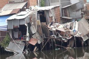 TP.HCM: 8 căn nhà đổ sập xuống kênh khiến 2 người bị thương