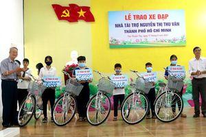 Trao tặng xe đạp và quà cho học sinh nghèo, cận nghèo, khó khăn