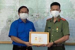Tặng huy hiệu 'Tuổi trẻ dũng cảm' cho Thiếu úy công an cứu người đuối nước
