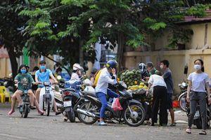 Dịch Covid-19 diễn biến phức tạp, nhiều chợ 'cóc' ở Hà Nội vẫn hoạt động tấp nập
