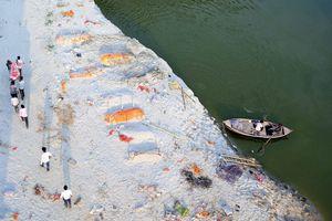 Những tử thi trên sông Hằng hé lộ góc khuất xã hội Ấn Độ
