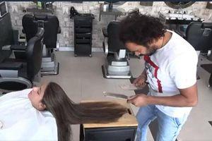 CLIP: 'Choáng' với cách người thợ cắt tóc bằng lửa, dao phay và thớt