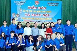 Đoàn viên Đại học Luật Hà Nội tuyên truyền pháp luật tới các cử tri trẻ tuổi