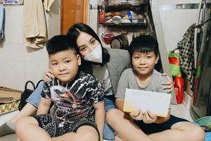 Hoa hậu Tiểu Vy tặng quà mẹ bầu nuôi con ung thư