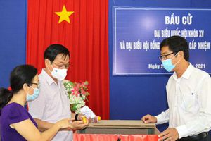 Ông Trần Mạnh Dũng kiểm tra công tác chuẩn bị bầu cử tại huyện Cam Lâm