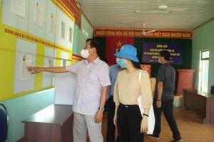 Ông Trần Mạnh Dũng kiểm tra công tác chuẩn bị bầu cử tại huyện Khánh Sơn