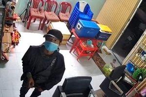 Camera ghi lại cảnh 2 tên trộm đột nhập cửa hàng tóc lúc rạng sáng