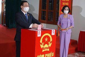 Chủ tịch Quốc hội Vương Đình Huệ bỏ phiếu bầu cử tại TP Hải Phòng