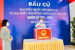 Phó Chủ tịch Thường trực UBND TP Hà Nội Lê Hồng Sơn bỏ phiếu tại khu vực bỏ phiếu số 10, phường Liễu Giai, quận Ba Đình
