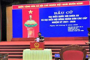 Tư lệnh Bộ Tư lệnh Thủ đô Hà Nội Nguyễn Quốc Duyệt bỏ phiếu tại Khu vực bỏ phiếu số 19, phường Mễ Trì, Nam Từ Liêm